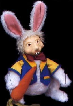 conejo-alicia-hilando-titeres