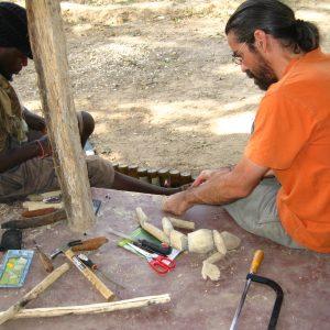 Intercambio a través de los títeres. Dos titiriteros construyendo una marioneta de hilos