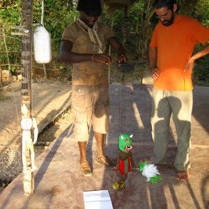 Intercambio a través de los títeres. Participante del taller moviendo una marioneta