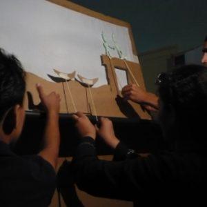 Participantes del taller moviendo las sombras. Intercambio a través de los títeres