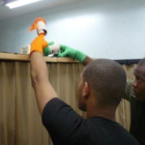 Dos participantes del taller manipulando títeres de guante. Intercambio a través de los títeres.