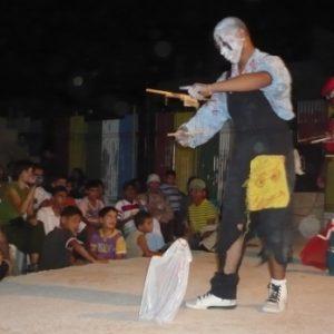 Niños mirando una actuación con marionetas de hilo en Palestina