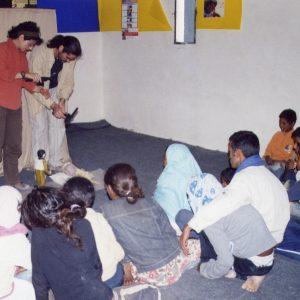 Niños mirando una actuación de marionetas. Intercambio a través de los títeres.