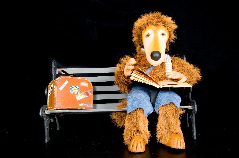 Personaje Juan Feroz con libro y maleta del espectáculo Cuentalibros